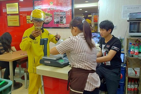 Meituan-Fahrer holt Essen ab