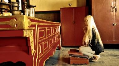 Betende Besucherin im berühmten Pekinger Lama-Tempel; Yonghegong