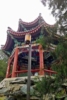 Antiker Pavillon in der Nähe der Weißen Pagode im Beihai Park