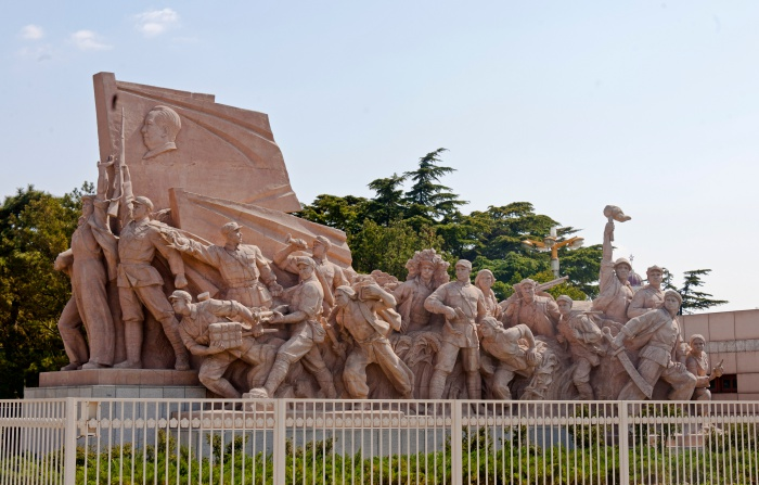 Sculpture_of_revolutionary_struggle_at_Mao_Zedong_Mausoleum,_Tiananmen_Square