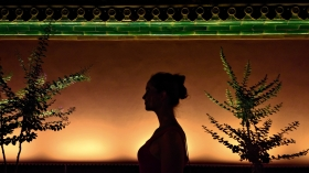 Silhouette einer Passantin am Tian_anmen Square; Peking