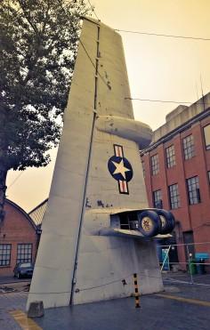 Ein Flügel eines ausrangierten Militärflugzeugs; Künstlerviertel 798